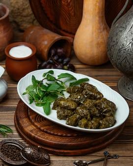 Azerbejdżańskie liście winogron dolma zawijane w mięso, ryż podawany z jogurtem