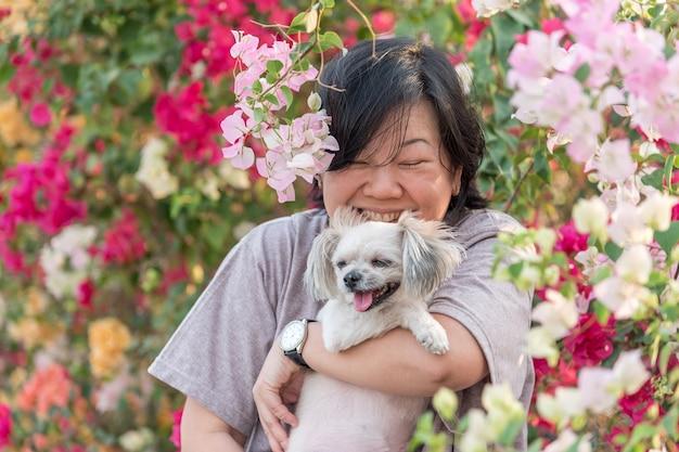 Azja kobiety i psi szczęśliwy uśmiechu przytulenie