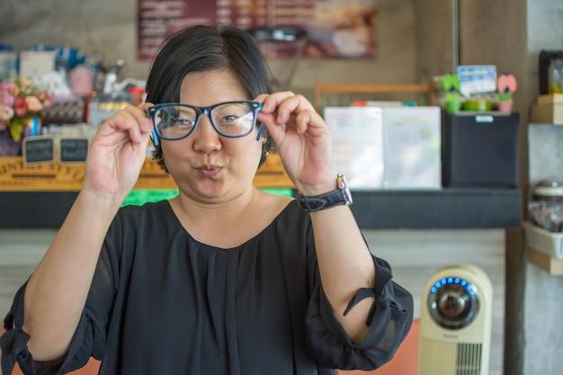 Azja kobiety z oczu szkłami w sklep z kawą