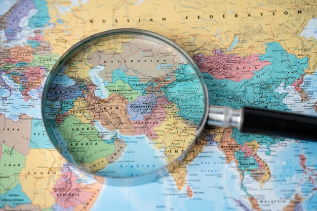 Azja, lupa na kolorowej mapie świata