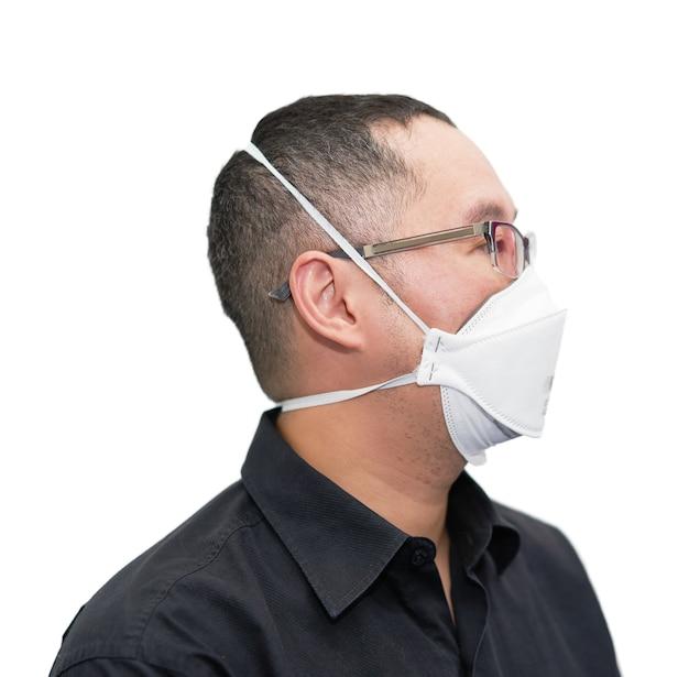 Azja mężczyzna nosi maskę chroniącą przed wirusem koronowym n95 na białym tle w pandemii covid 19 nosić okulary