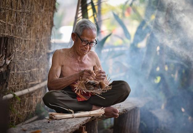 Azja życia starego człowieka wujek dziadek pracuje w domowym asia starym człowieku starszym poważnym utrzymaniu w wsi życie wiejscy ludzie