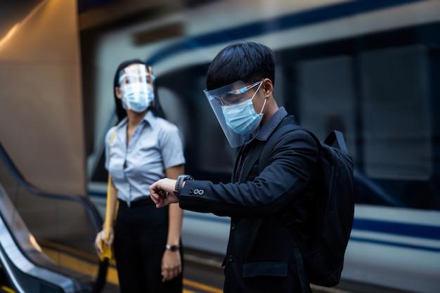 Azjaci są w metrze. noszą maski, aby chronić się przed wirusami.