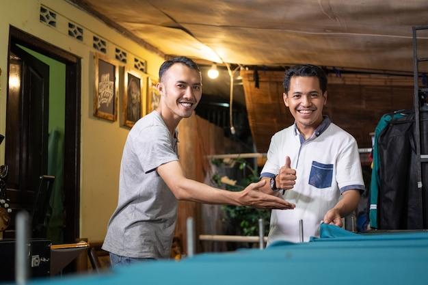 Azjaci uśmiechają się podczas spotkań z klientami w warsztacie