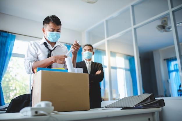 Azjata bezrobotny w kryzysie wirusowym covid-19 i stres beznadziejnego kryzysu gospodarczego.