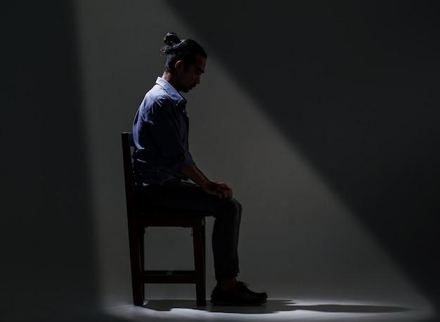 Azjata cierpi na depresję w ciemności.