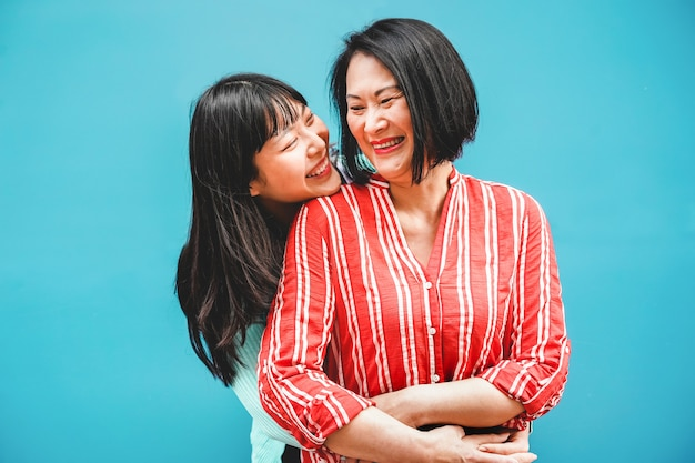 Azjata córka i matka ma zabawę plenerową - szczęśliwi rodzinni ludzie cieszy się czas wpólnie