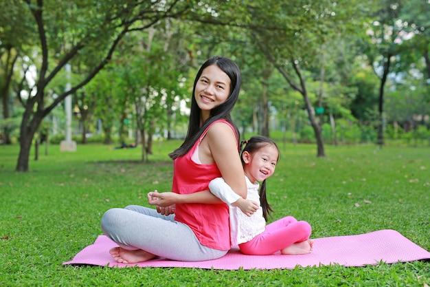 Azjata matka i jej córka robi ćwiczeniu