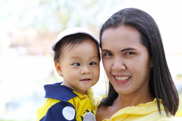 Azjata matka niesie dziecka.