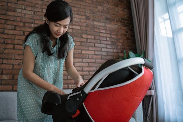 Azjata matki kładzenia dziecko w siedzeniu