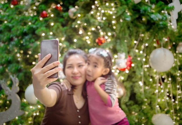 Azjata ręki macierzysty chwyt mobilny z córką brać selfie fotografię