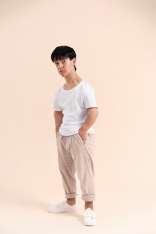 Azjata w białej koszuli z karłowatością pozuje
