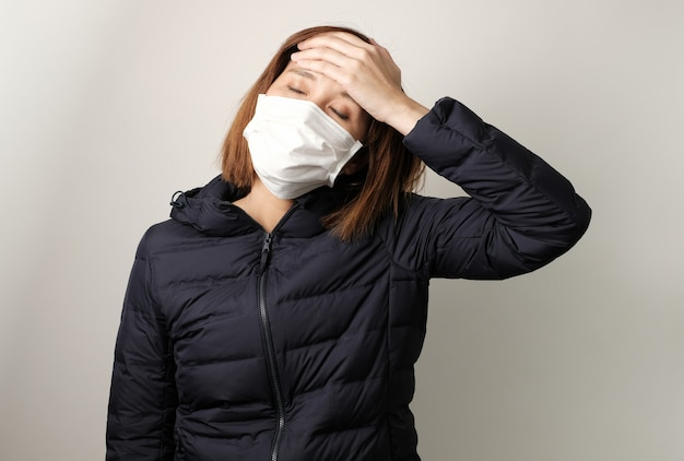 Azjatka ma gorączkę i nosi maskę medyczną, aby chronić i zwalczać infekcję bakteryjną, bakteryjną, covid19, koronową, sars, wirusem grypy. koncepcja choroby i choroby