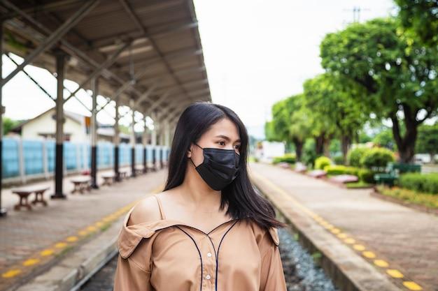Azjatka nosząca maskę, aby zapobiec koncepcji covid-19 lub covid-19