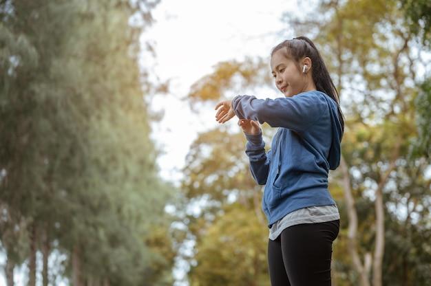 Azjatka spojrzała w dół na zegar i po biegu do parku nacisnęła stop zegara