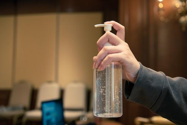 Azjatka ubrana w maskę i alkoholową antybakteryjną żelową maskę do ochrony dróg oddechowych przed epidemią grypy covid19 lub koronawirusem