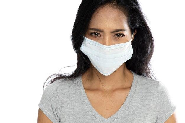 Azjatka ubrana w medyczną maskę przeciw grypie w celu ochrony przed koronawirusem i wirusami grypy