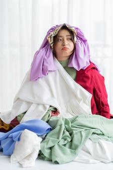 Azjatka utknęła w swoim bałaganie w ubraniach