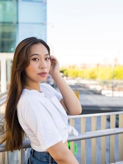 Azjatka w mieście, długie włosy