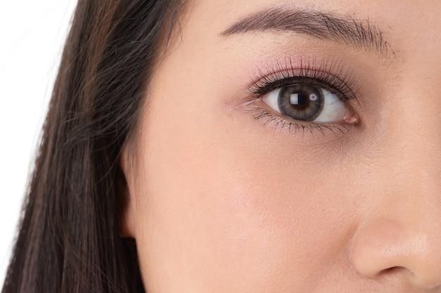 Azjatka z dużymi oczami, piękna, błyszcząca. mając jasną, młodzieńczą twarz. pojęcie piękna, opieki zdrowotnej