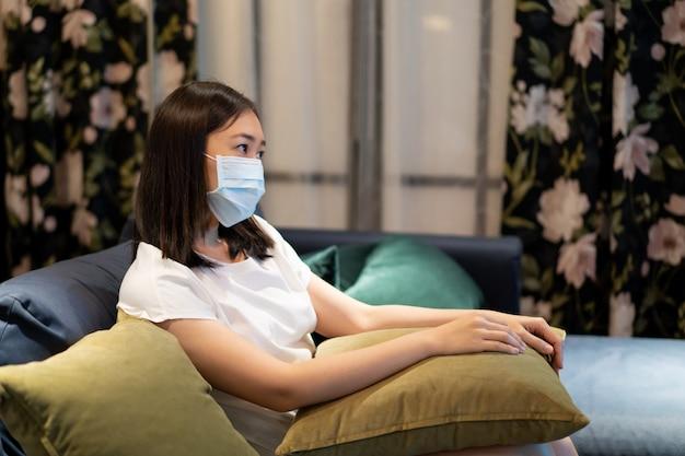Azjatka zostaje i relaksuje się w salonie i ogląda telewizję (telewizję)