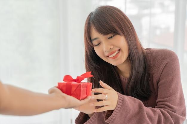 Azjatki chętnie otrzymują pudełko lub prezent