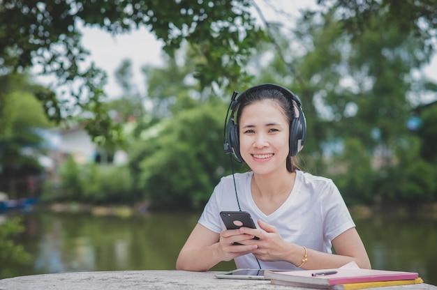 Azjatki online e-learning na telefon komórkowy
