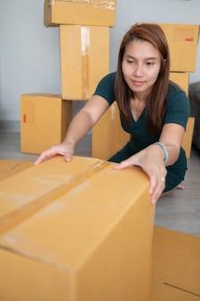 Azjatki pakują pudełko dostawy