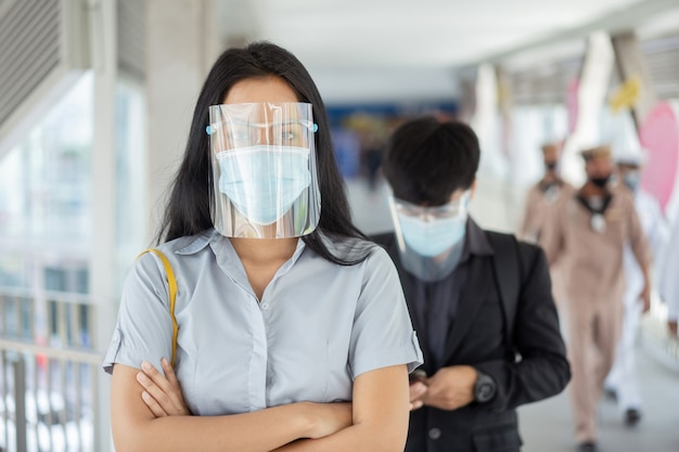 Azjatki są chronione przez covida 19, a on nosi maskę na twarz.
