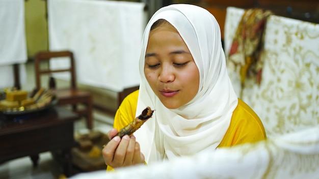 Azjatki uczą się robić batik