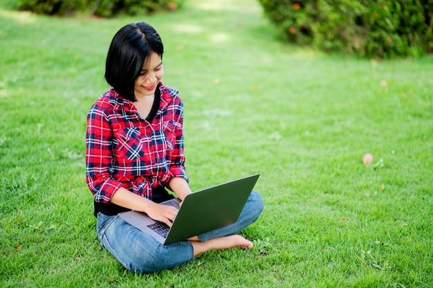 Azjatki uśmiechają się szczęśliwie i laptop. praca online komunikacja online wiadomości nauka online koncepcja komunikacji online