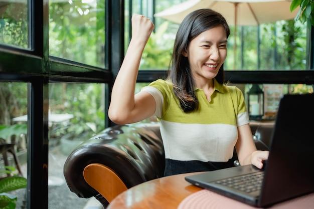 Azjatki używają laptopów do pracy przy kawie