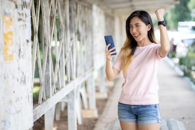 Azjatki zajmują się pracą za pośrednictwem telefonów komórkowych.