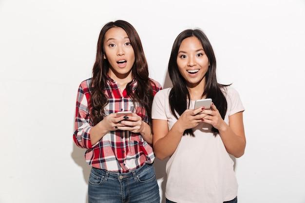 Azjatki zdziwione kobiety siostry na czacie