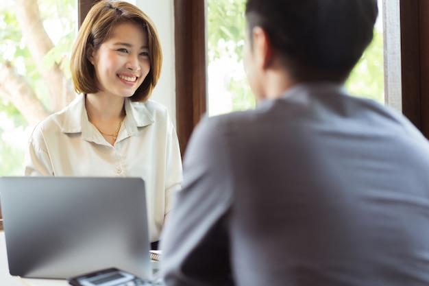 Azjatyccy biznesmeni dyskutuje przy biurem