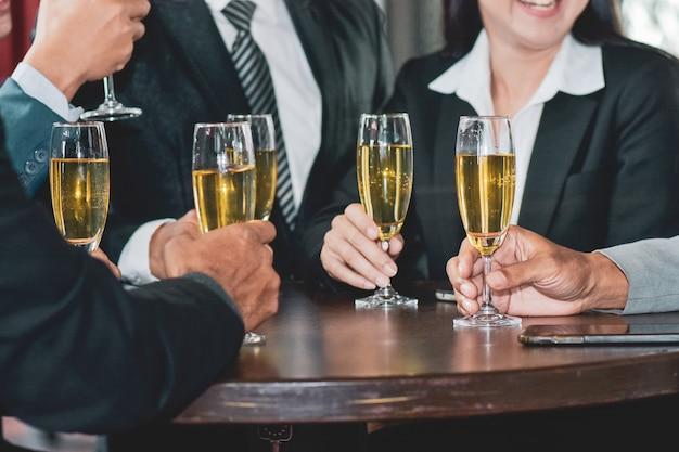 Azjatyccy biznesmeni piją świętować szczęśliwy sukces biznesowy