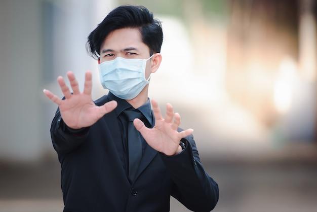 Azjatyccy biznesmeni wyglądają dobrze, są chorzy i noszą maski. szybkie rozprzestrzenianie się nowego koronawirusa od urodzenia w wuhan w chinach.