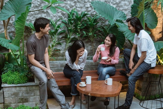 Azjatyccy chłopcy i dziewczęta śmieją się podczas wspólnej zabawy w domowym ogrodzie
