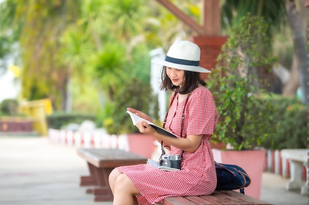 Azjatyccy kobieta turyści przy dworcem.