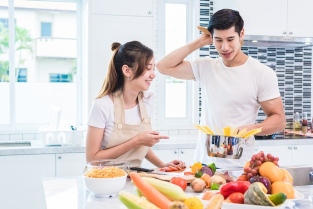 Azjatyccy kochankowie lub pary gotują tak zabawnie razem w kuchni