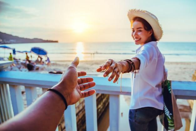 Azjatyccy kochankowie szczęśliwi i uśmiechają się trzymając się za ręce.