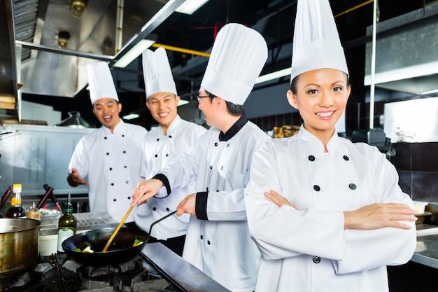 Azjatyccy kucharze w hotelowej kuchni restauracji