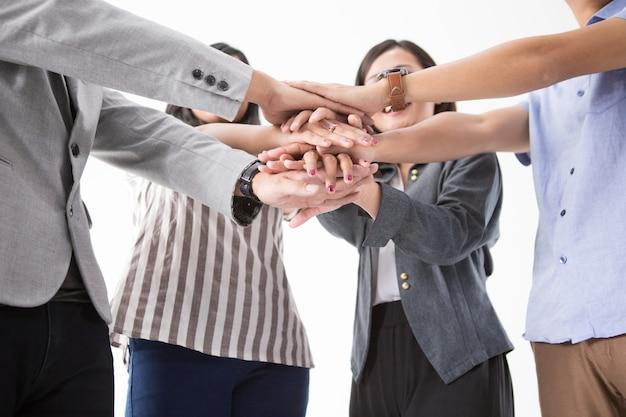 Azjatyccy ludzie biznesu składają ręce