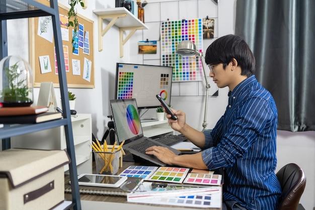 Azjatyccy mężczyźni architekt pracuje przy renowacji, koncepcja creative occupation design studio.