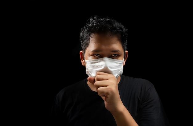 Azjatyccy mężczyźni noszą maski, aby zapobiec grypie, z kaszlem