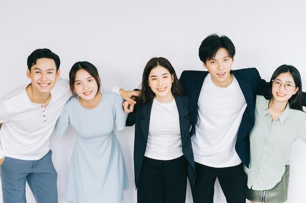 Azjatyccy młodzi biznesmeni obejmują się nawzajem