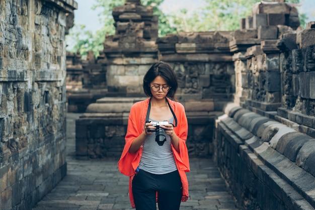 Azjatyccy podróżnicy solo biorą zdjęcia starożytnych budynków w borobudur temple, java, indonezja