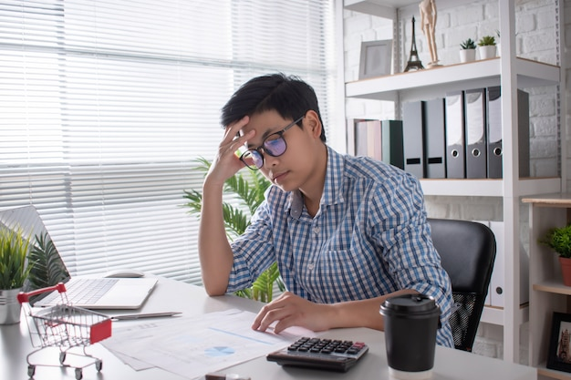 Azjatyccy pracownicy muszą myśleć i analizować pracę. wyczerpany i wyczerpany stresem w pracy