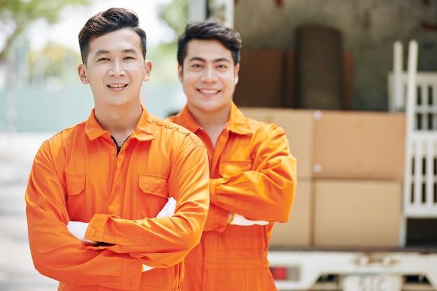 Azjatyccy pracownicy usług przeprowadzkowych