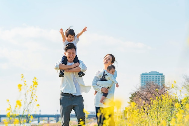 Azjatyccy rodzice i dzieci spacerują z uśmiechem